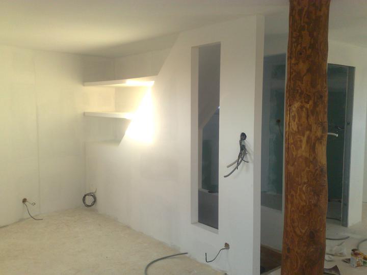 Náš dom ALEX - SK police nad schodiskom v izbe na poschodí
