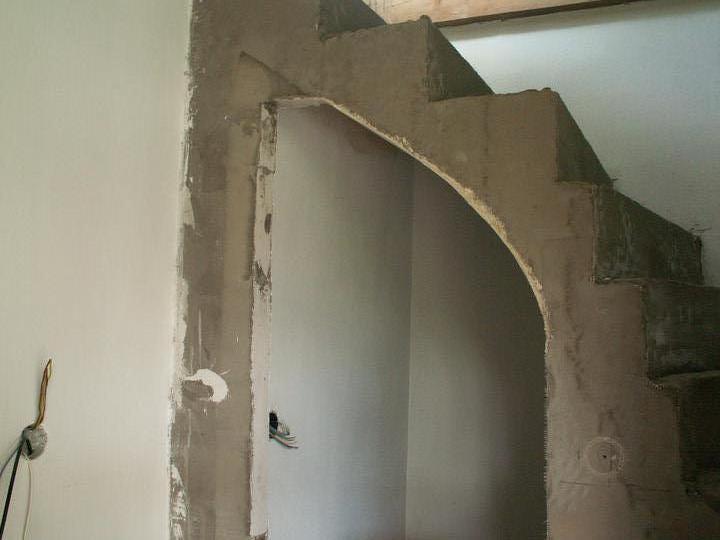 Náš dom ALEX - Vstup do komory pod schodiskom