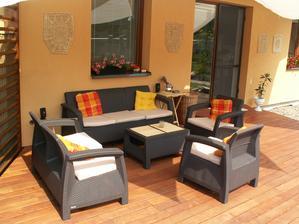 A k teraske novy zahradny nabytok.