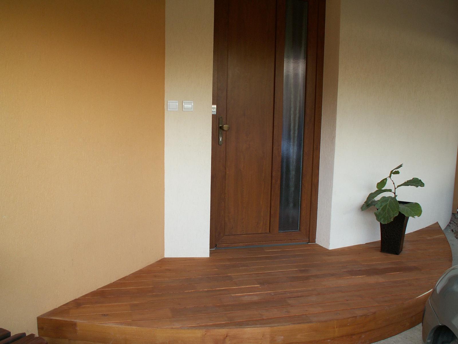 Náš dom ALEX - A v rovnakom style je aj vstupna podesta.