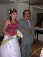 nevěsta s tátou před obřadem