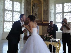 Tady si všimněte, z jaké dálky se ke mně musel ženich nahýbat pro pusu :-) To aby mi náhodou nestoupnul na šaty