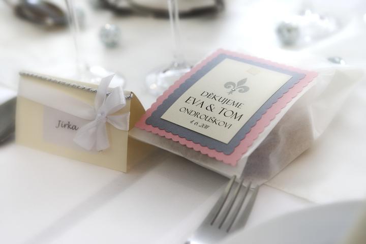 Eva{{_AND_}}Tom - dárečky pro hosty. Dámy dostaly mnou vyrobený náramek z broušených skleněných korálek a k tomu svatební čokoládky a pánové dostali malou lahvičku alkoholu a taky svatební čokoládky