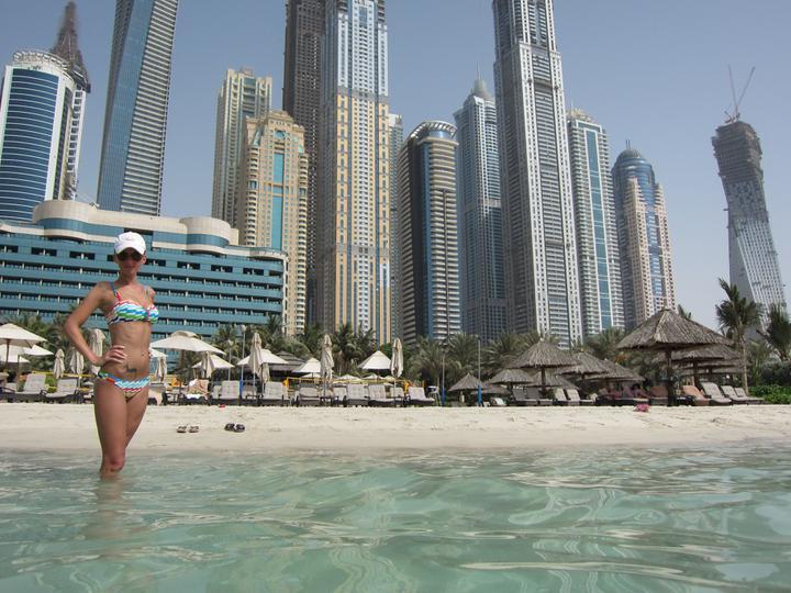 Eva{{_AND_}}Tom - hotel Le Meridien Mina Seyahi Beach resort & spa - to je ta nejmenší budova za mnou :-)