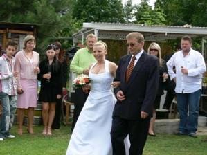 taínek vede nevěstu k oltáři
