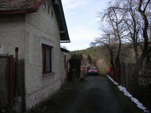 náš dům, manželovo auto a za ním už jen cesta do lesa