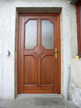 Naše nové vstupní dveře (bohužel kočička už se na nich podepsala)