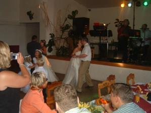 první manželský tanec...i když spíše dupání zelí:-)