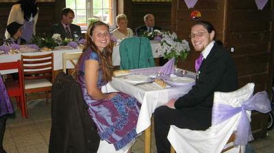 vychechtaní svatebčani ve fialkovém...