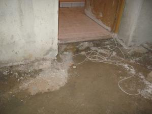 Původní koupelnu jsme zatím nechali, na fotce jsou videt plechy, kterými jsme nechali celý dům odizolovat proti vlhkosti. Ted už si ale vše dělám sám. Plechy nebyly nejlevnější, ale bylo to rychle.