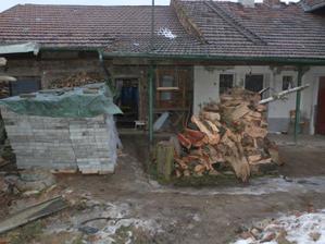 Dřevo už je pořezaný a zámkovka je ve dvoře.