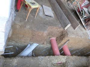 Odpady černý i dešťový jsou v 80 cm. Když už to dělám dal jsem raději dvě trubky na dešťovou vodu. Pro jistotu. Jsem v hloubce 1.2m