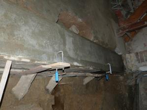 svěrky drží železo které je ještě přes navařené kotvy spojené s celým armováním betonu.