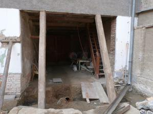 druhý krok v přípravě na úpravu dvorku byla oprava betonového prahu pod vratama. Při kopání základu pro nový betonový práh jsem to raději podepřel.