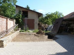pohled od vrat ke garáži, původní vrata vpravo proženu komínem