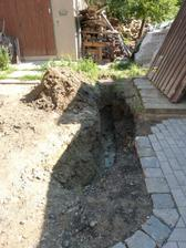 ještě dokopat výkop a položit trubky pro odvod dešťové vody z garáže a přepad ze septiku, po odkanalizování obce bude septik sloužit jako zásoník na dešťovou vodu
