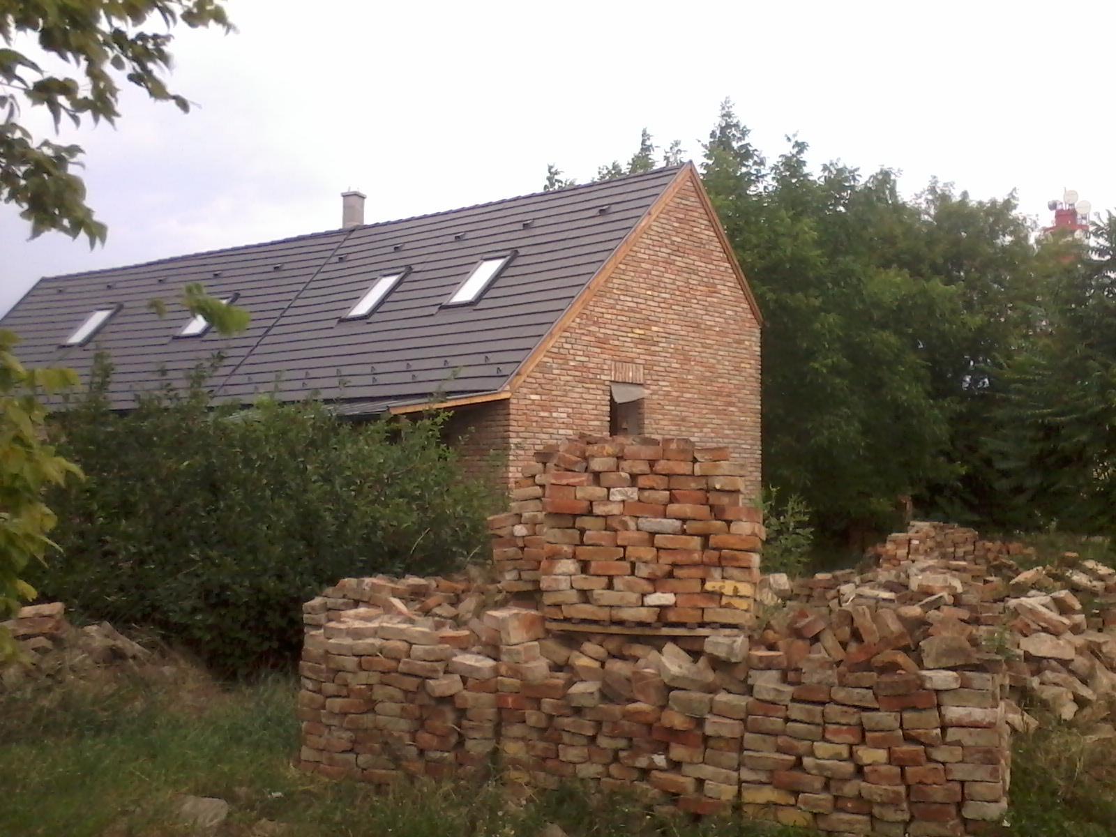 Ostatní - Stavba  postavená z broušených cihel a oběstavená z cihel použitých.