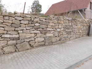 Kamenná inspirace, zeď skládaná na sucho