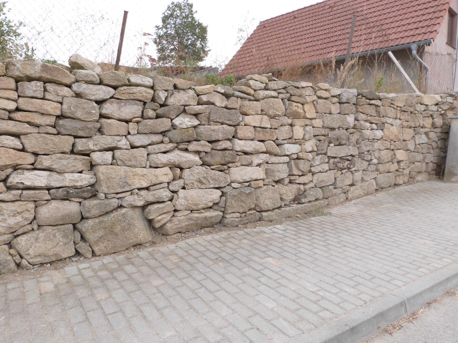 Ostatní - Kamenná inspirace, zeď skládaná na sucho