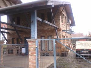 Zajímavý dům s obkladem, nebo vyzděný ze starých cihel - kvalita fotky sice nic moc.