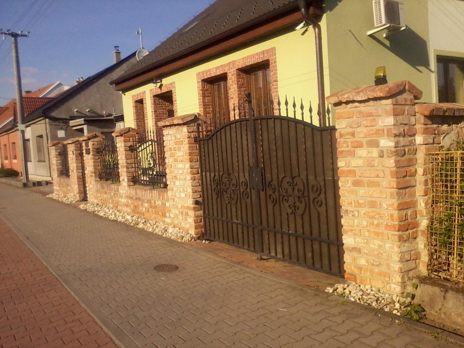 Ostatní - cihlový plot s kováním
