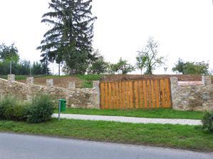 S bránou.