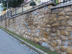 Další opěrná zídka z kamene.