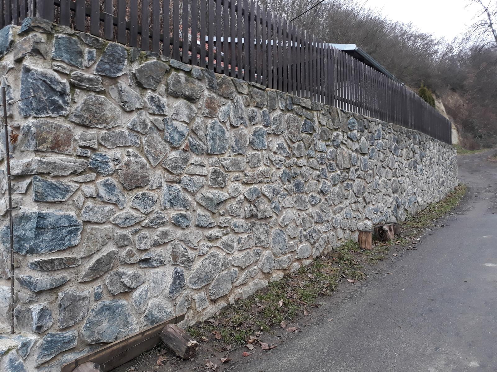 Ostatní - Opěrná zeď ze starých cihel.