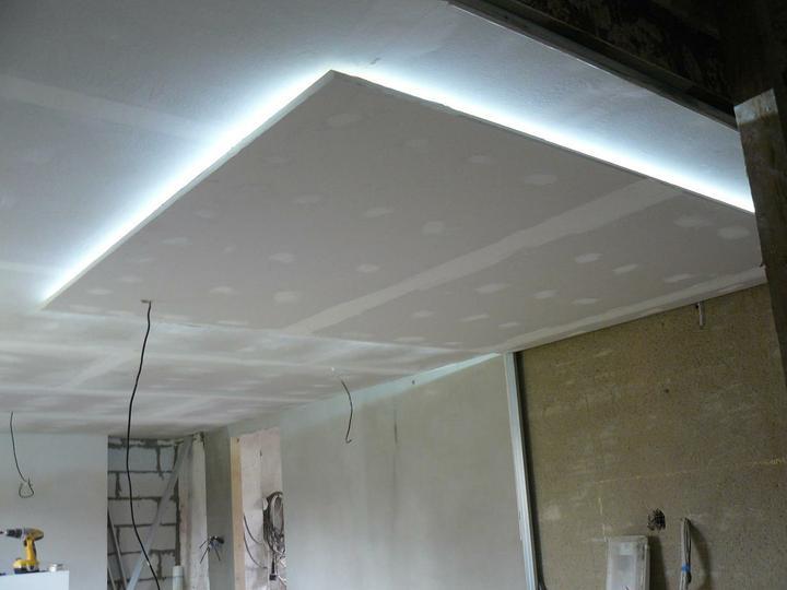 Myslím si... aneb inspirace pro naše bydlení - strop řešen tímto způsobem - sádrokartonový obdélník s ledkama, na to zespodu přisazené svítidlo...