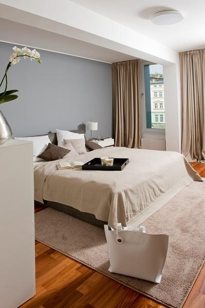 Myslím si... aneb inspirace pro naše bydlení - šedá zeď, jinak ladění béžovo - hnědé... moc se mi líbí ta kombinace