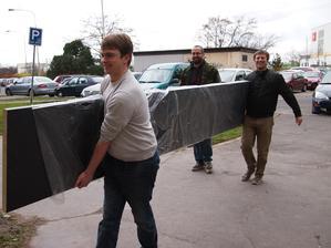 Stěhování tři a půl metru dlouhé pracovní desky do šestého patra byl oříšek.