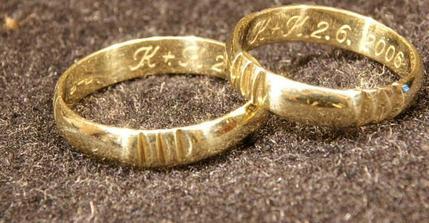 tohle jsou naše snubní prstýnky