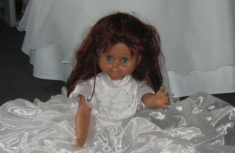 panenka na ozdobení auta s nevěstou