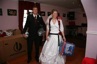 se svatebními dary: stan, batůžky, vařič, apod.