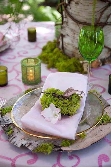 Mach nás očaril!!! Je mäkkučký na dotyk, občas jasno občas tmavo zelený, ale hlavne je prekrásny na svadobnom stole. Vravíte, že si to neviete predstaviť? - Obrázok č. 3