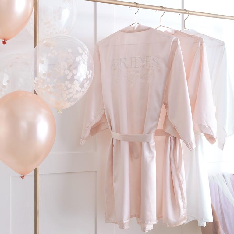 Už ste videli náš púdrovo ružovo saténové kimono pre budúcu nevestu?   Je balené v nádhernej púdrovo ružovej krabičke... myslíme, že je to uchvatný dar pre každú budúcu nevestu.  Ps. Máme aj kimoná pre družičky :)  Kúpiť ich môžete tu:  https://www.easywedding.sk/deko/rozlucka-so-slobodou  #kimono #bridetobe #nevesta #bridetobe #pink #blushpink #laskanaprvypohlad #zupan #nevesta - Obrázok č. 2