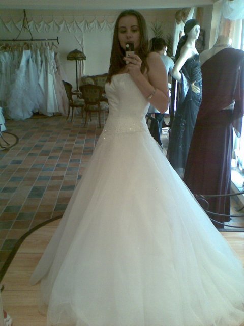 Moje sny - sedili mi fantasticky, to su tie prave šaty pre mňa myslim že moje hladanie skončilo :o)