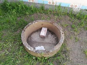 Z kvetináča sa vykľula studňa