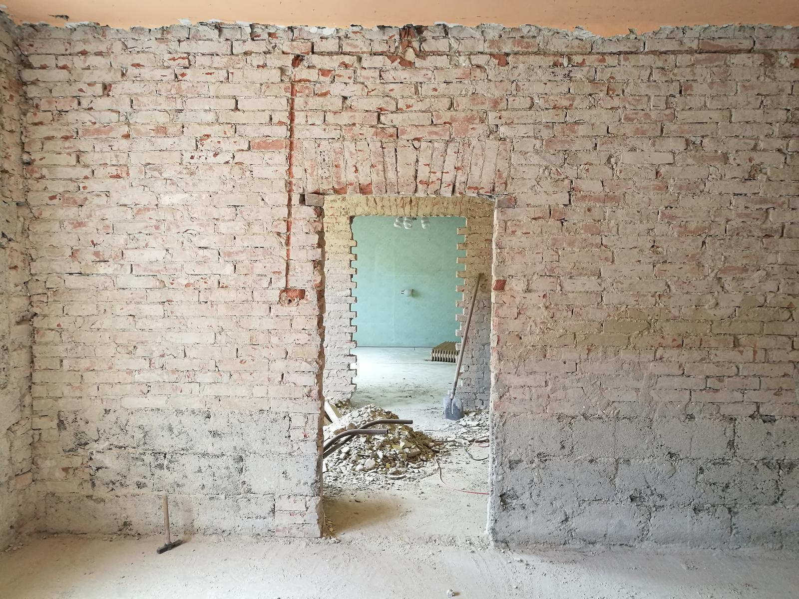 Náš budúci domov - rekonštrukcia rodinného domu - Priečky by sme radi dali preč a urobili z toho jeden veľký otvorený priestor.