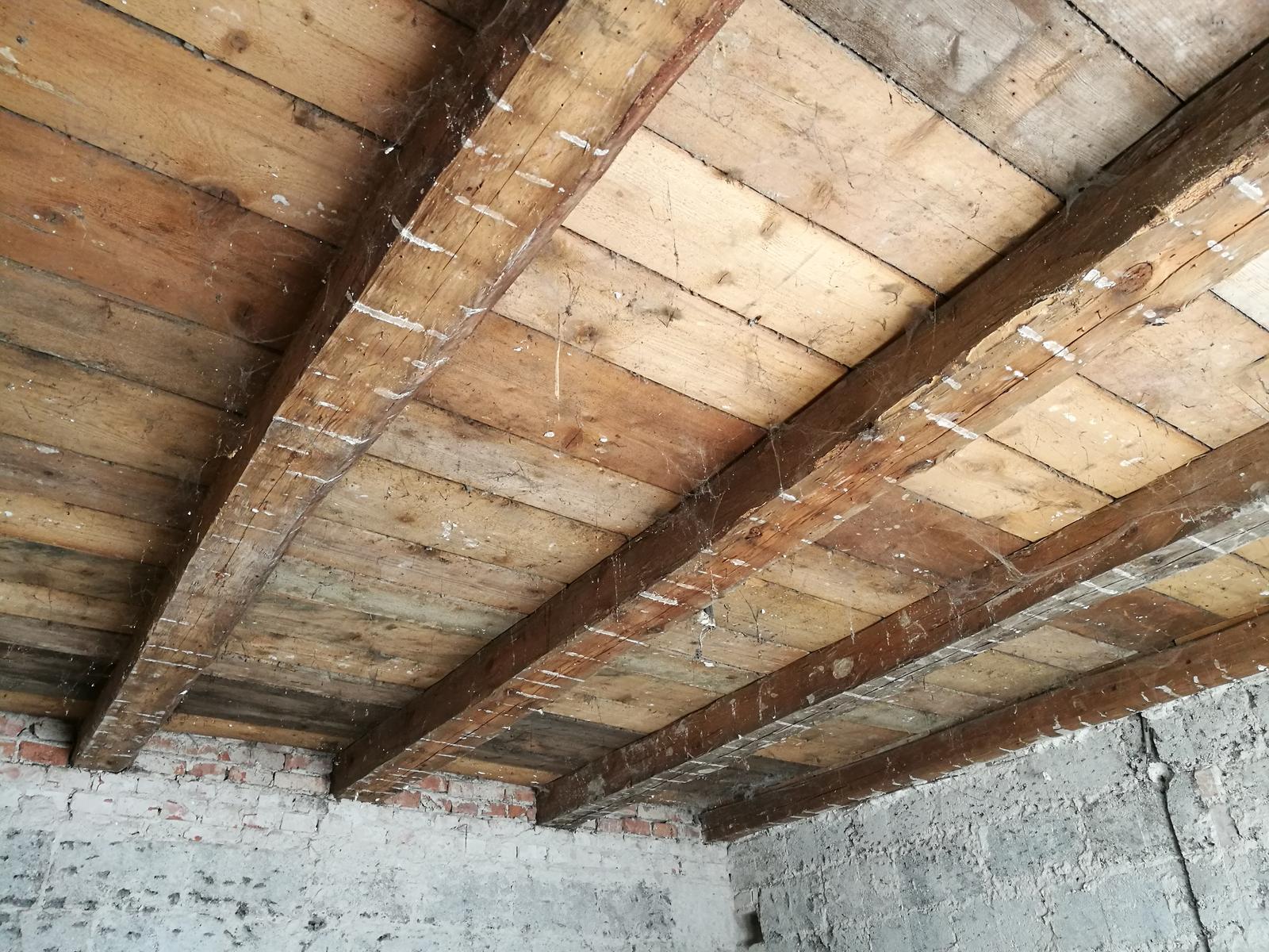 Náš budúci domov - rekonštrukcia rodinného domu - Trámy v dobrom stave, ešte použijeme