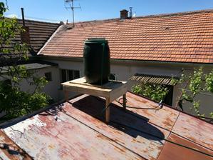 Už sa môžme konečne po práci aj osprchovať. Dole na záhrade je slnečný prietokový ohrievač domácej výroby.
