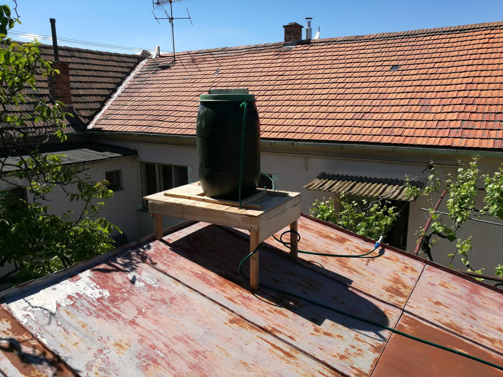 Náš budúci domov - rekonštrukcia rodinného domu - Už sa môžme konečne po práci aj osprchovať. Dole na záhrade je slnečný prietokový ohrievač domácej výroby.