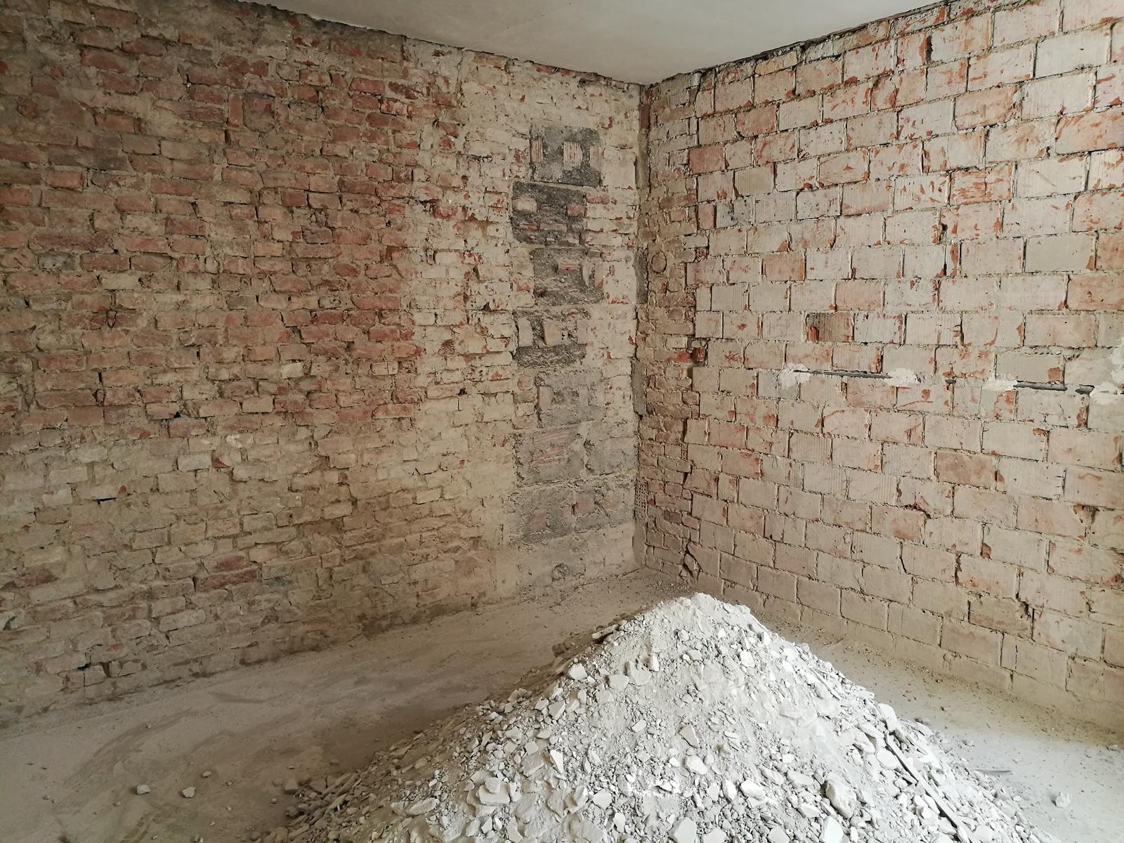 Náš budúci domov - rekonštrukcia rodinného domu - a ďalšia miestnosť olúpaná