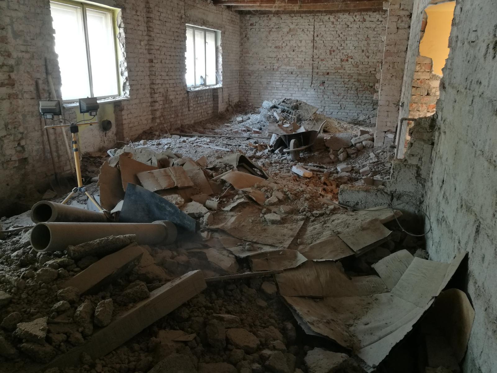 Náš budúci domov - rekonštrukcia rodinného domu - Po zhodení bordelu z povaly