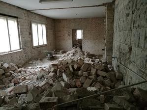 Ďalšia miestnosť na vypratávanie, tu nás ešte čakajú stropy.
