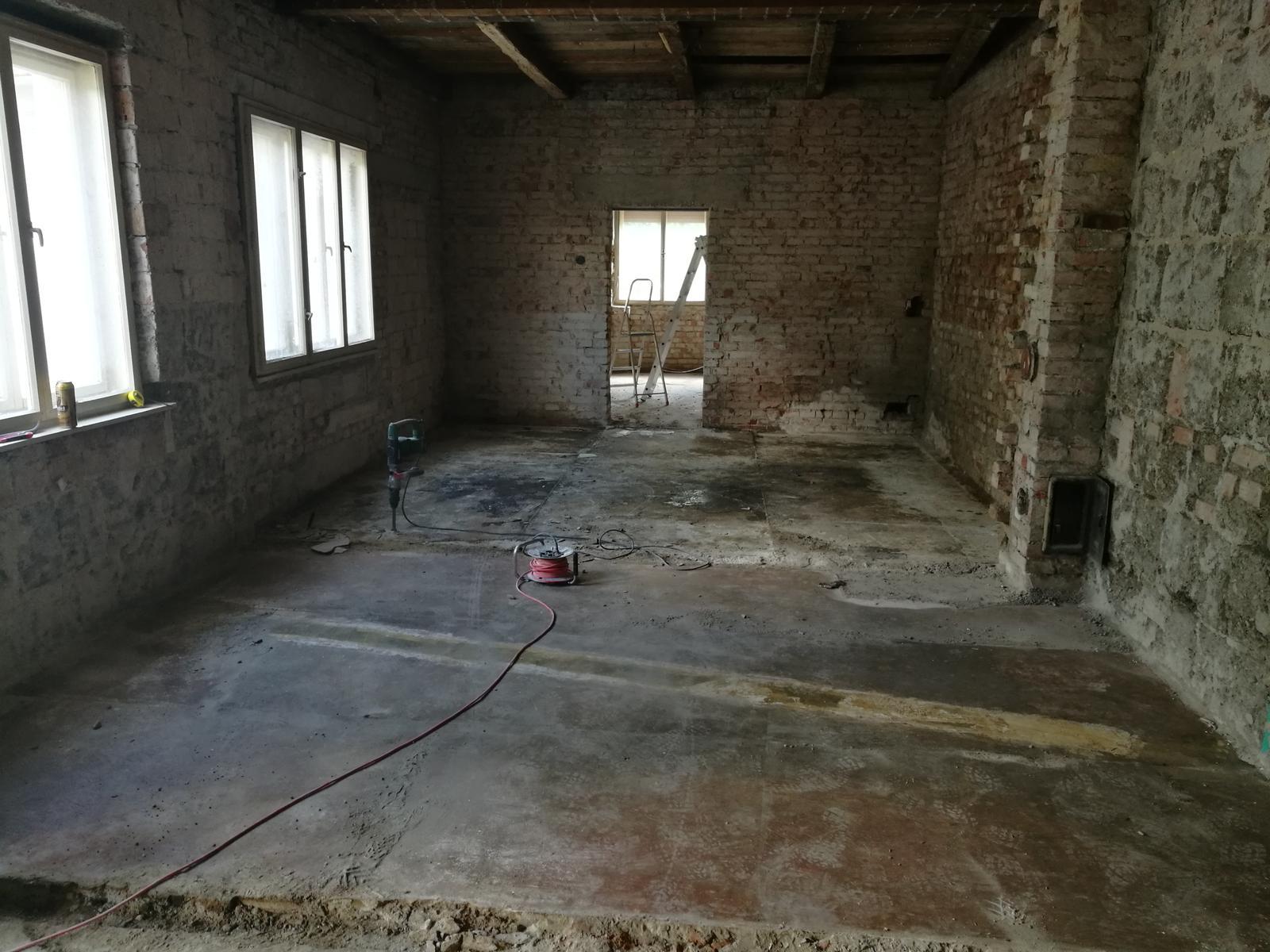Náš budúci domov - rekonštrukcia rodinného domu - Pohľa na vstup do obývačky