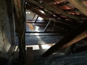Zhodený poter z povaly aj zdruhej časti domu