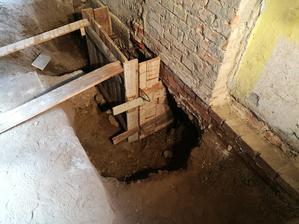 Bodbetonovávame základy, najskôr rohy, stred,... meter za metrom