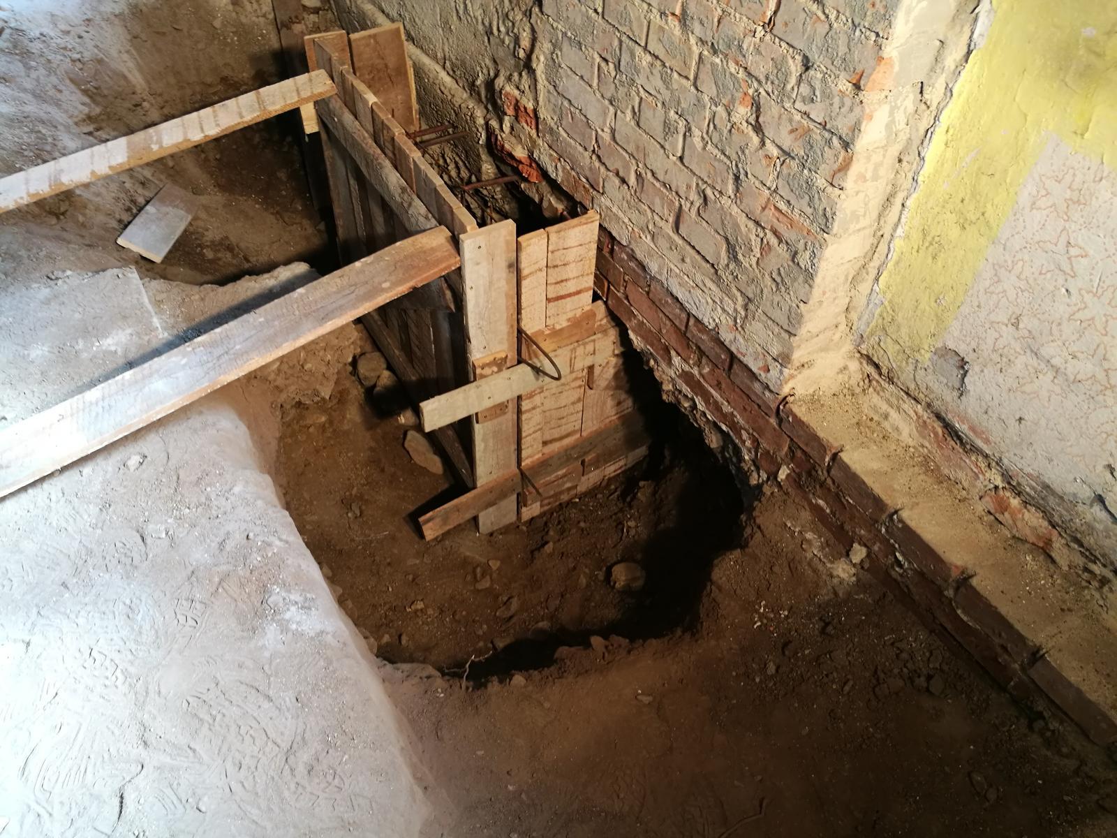 Náš budúci domov - rekonštrukcia rodinného domu - Bodbetonovávame základy, najskôr rohy, stred,... meter za metrom