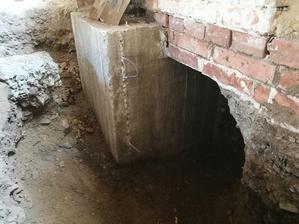 Meter betónového základu po odstranení šalungu. Nadpájanie ďalších metrov budem robiť roxormi kotvenými chemickou kotvou.